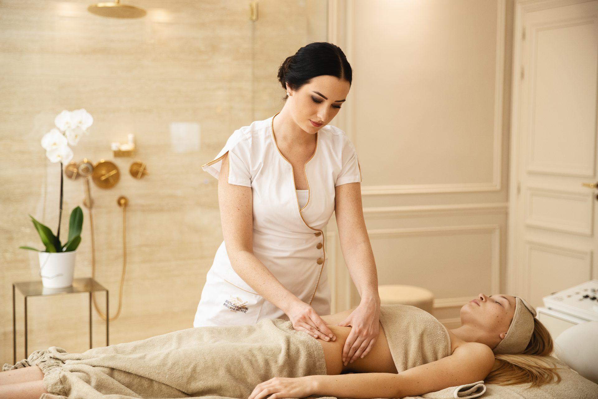 Körperbehandlung bei Kundin - Haut- und Körperpflege bei evas concept