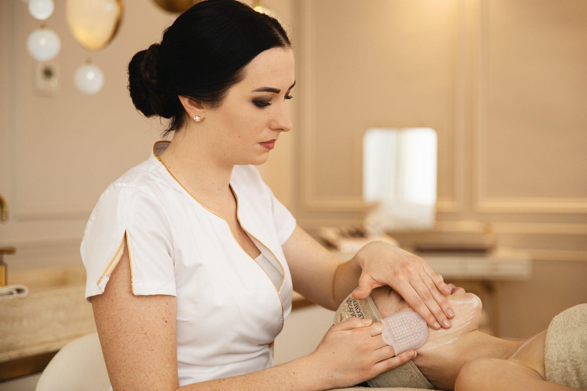 Gesichtsbehandlung bei einer Kundin - Haut- und Körperpflege bei evas concept