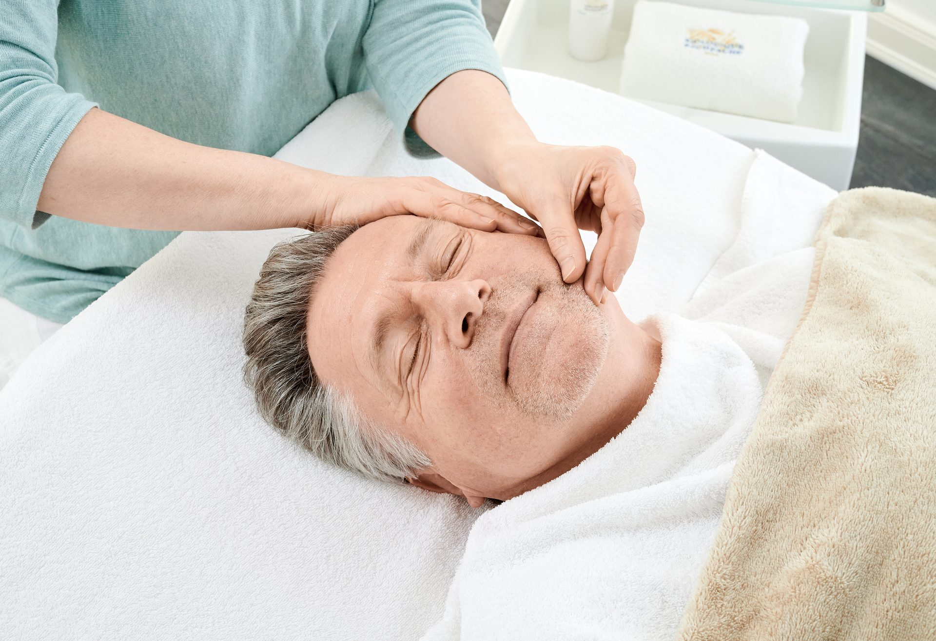 Gesichtsbehandlung bei einem Kunden - Haut- und Körperpflege bei evas concept