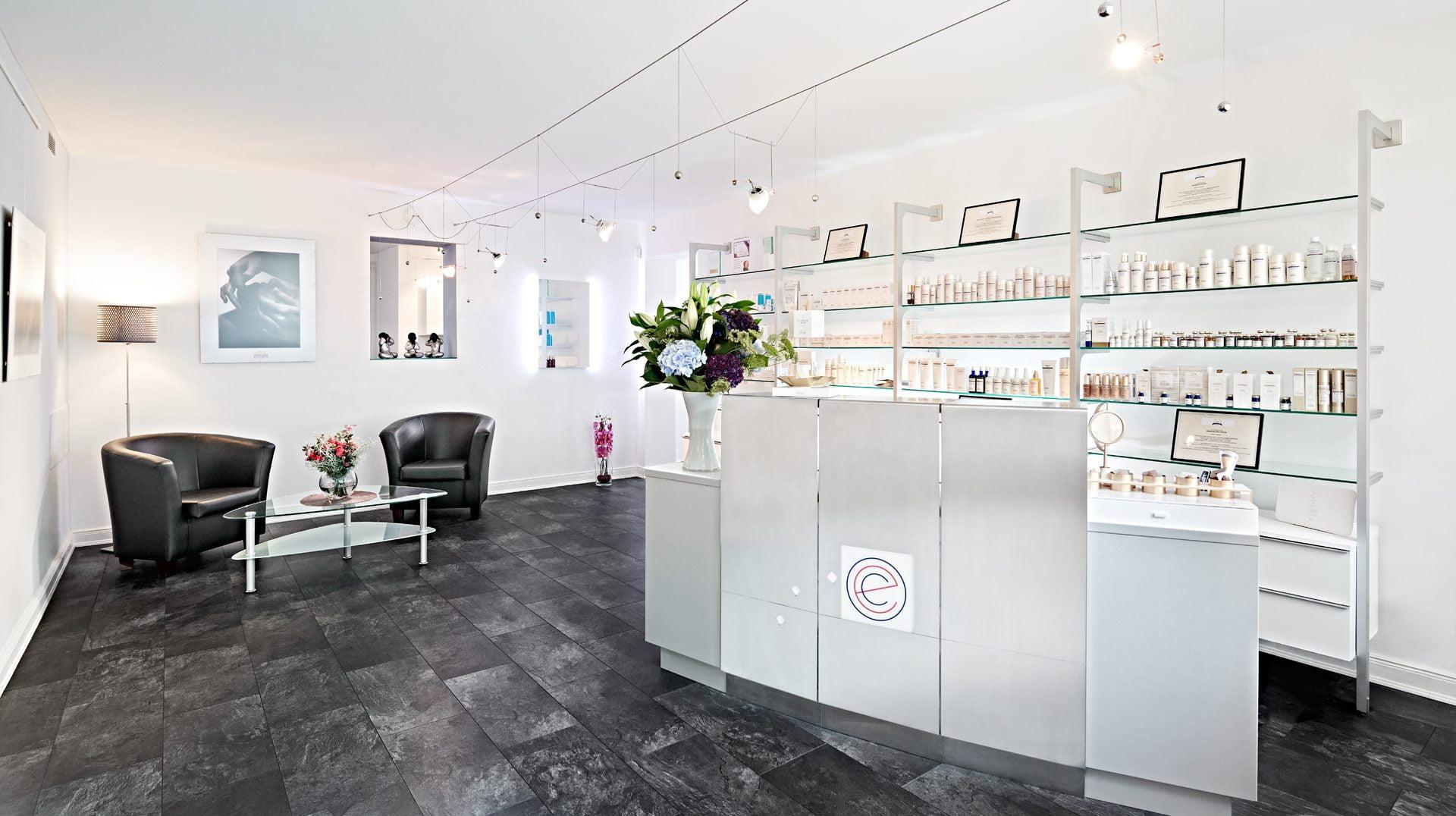 Empfangsbereich mit Produktübersicht für Haut- und Körperpflege in Hamburg - evas concept